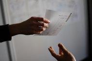 ręka podająca kartkę papieru